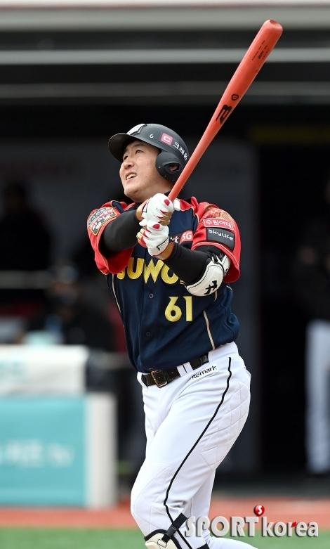 유한준 `선제 스리런 홈런`