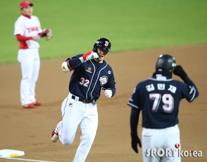 3점 홈런으로 선취 득점을 올리는 두산 김재환