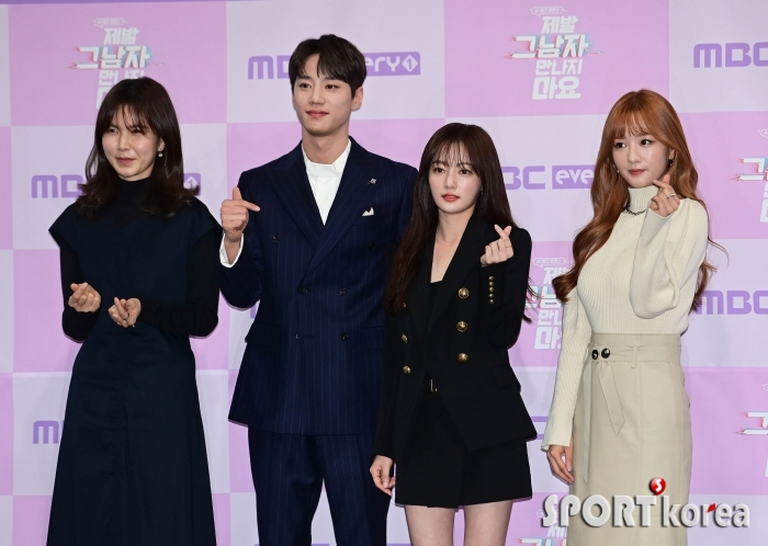 공민정-이준영-송하윤-윤보미 `단체로 만드는 손하트`
