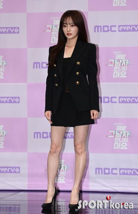 송하윤 `시선 사로잡는 미니스커트`