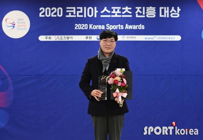 이영미 부회장 `세계 첫 투어 재개한 KLPGA 수상`
