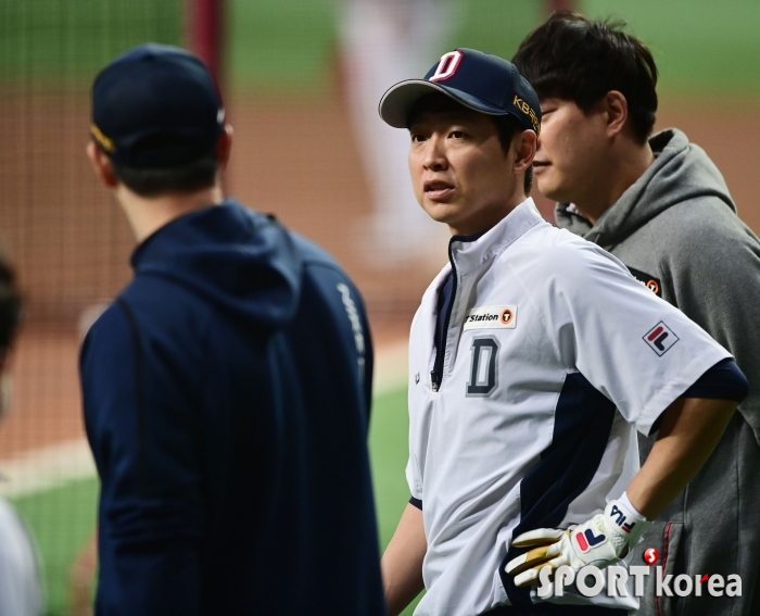 김재환과 진지하게 이야기하는 정수빈