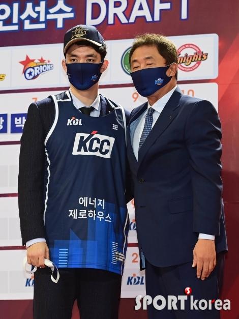 한양대 이근휘와 기념 촬영하는 전창진 감독