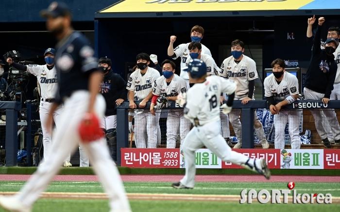박석민의 적시타에 환호하는 NC
