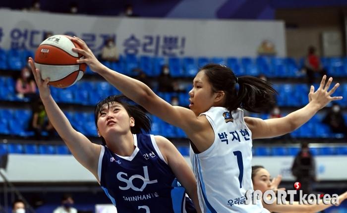 한엄지의 슛을 막아내는 박지현
