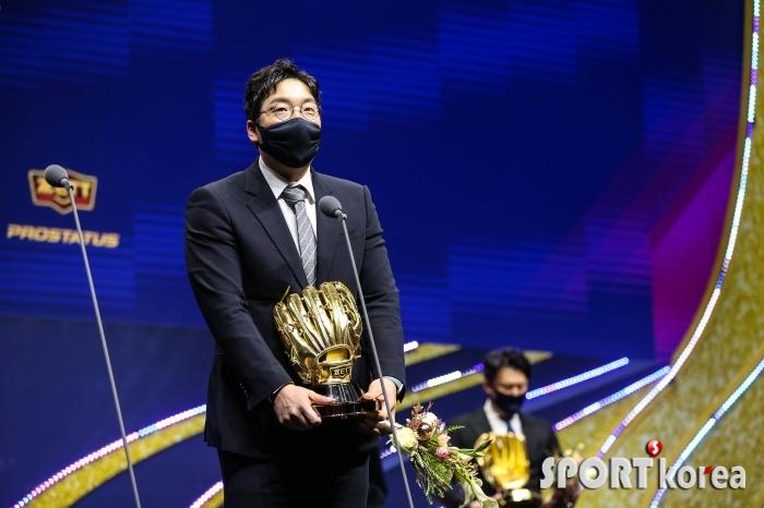 김현수 `양손에 든 골든글러브`