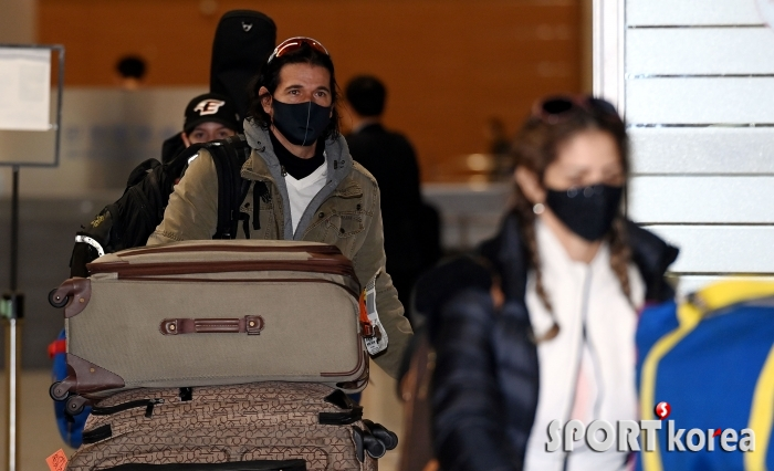수베로 감독, 한 가득 짐가방 들고 입국!