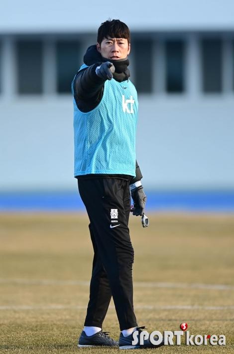 훈련 지시하는 김은중 코치