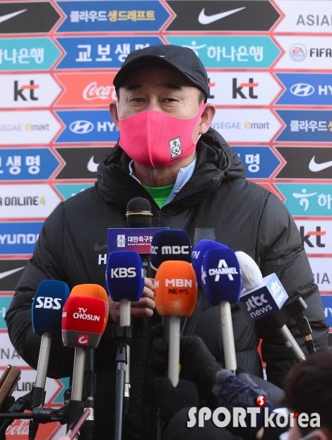 취재진의 질문에 답하는 김학범 감독
