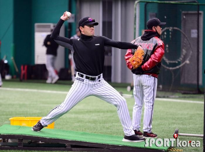 배팅볼 던지는 김민호 코치!