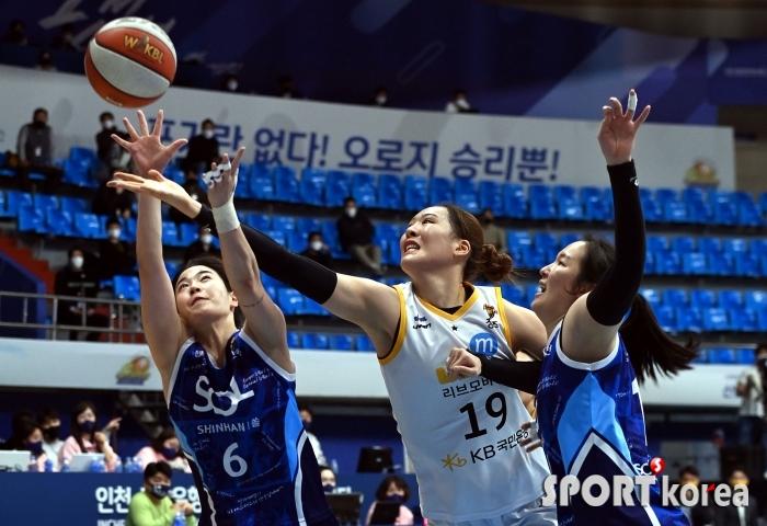 박지수, 리바운드를 향한 집념!