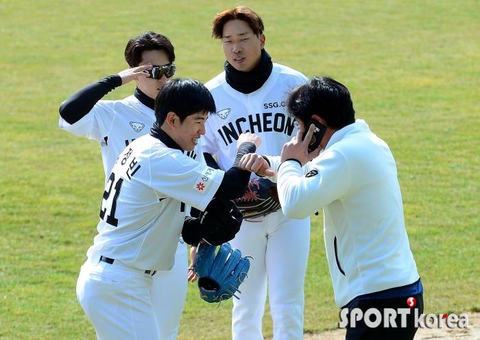 야구장 찾은 박정권, 후배들과 반가운 인사