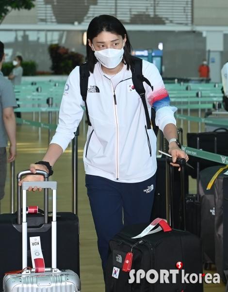 김연경, 양 손 무겁게 출국 준비!