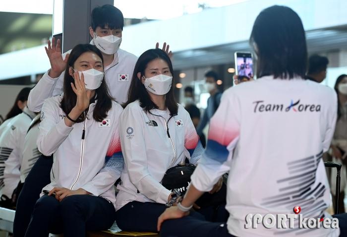 여자배구대표팀, 출국에 앞서 화기애애