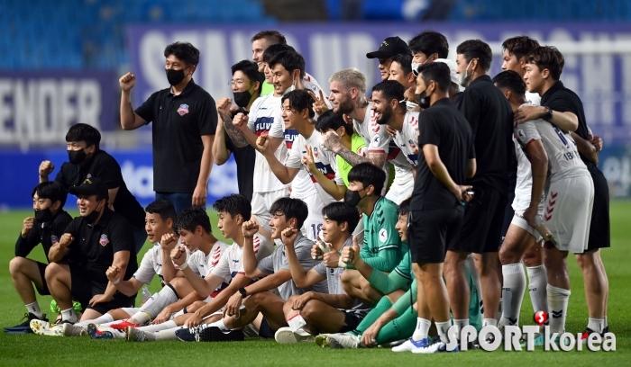 수원FC, 수원더비 승리 기념 사진