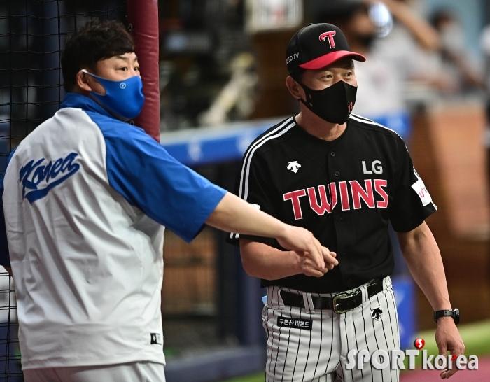 진갑용 코치와 인사하는 김민호 코치
