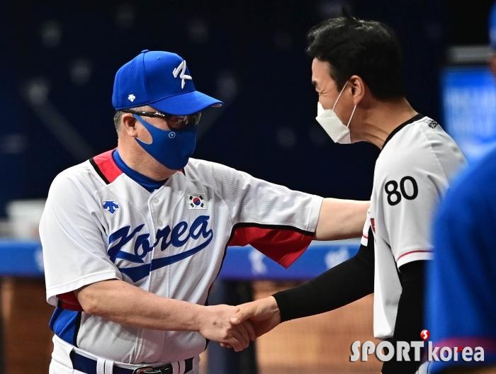 김경문 감독 `김동수 코치 반가워요`