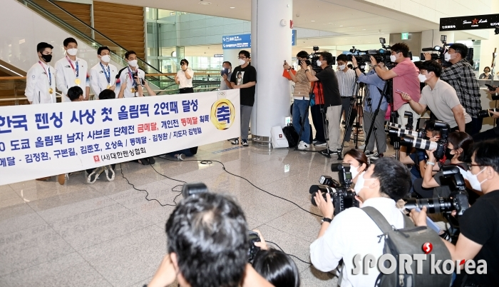 올림픽 2연패 펜싱대표팀 `열띤 취재경쟁~`