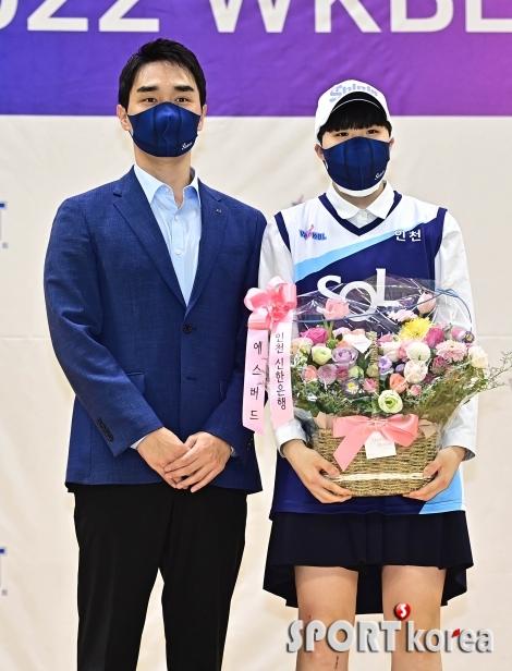기념 촬영하는 구나단 감독대행-이유진