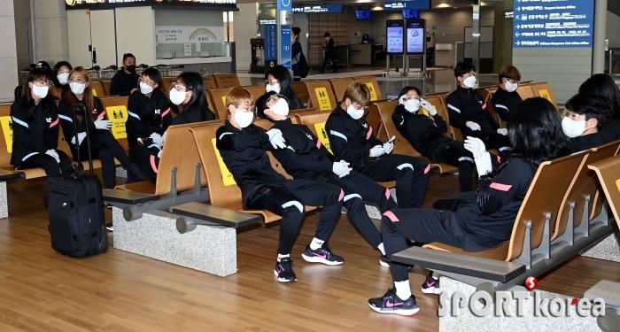 여자축구대표팀, 방역 마스크 쓰며 철저한 코로나19 대비!